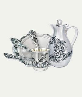 Серебряные предметы и посуда серебро и фарфор: тарелки, чашки ложки, вилки, подстаканники
